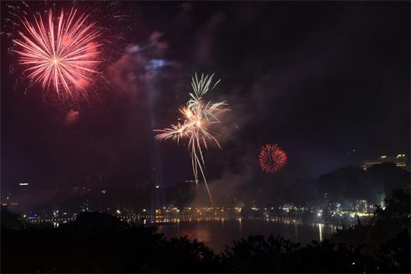Đêm Giao thừa dịp Tết Nguyên đán Đinh Dậu 2017, Thủ đô Hà Nội không tổ chức bắn pháo hoa, thay vào đó là các hoạt động văn hóa, nghệ thuật khác