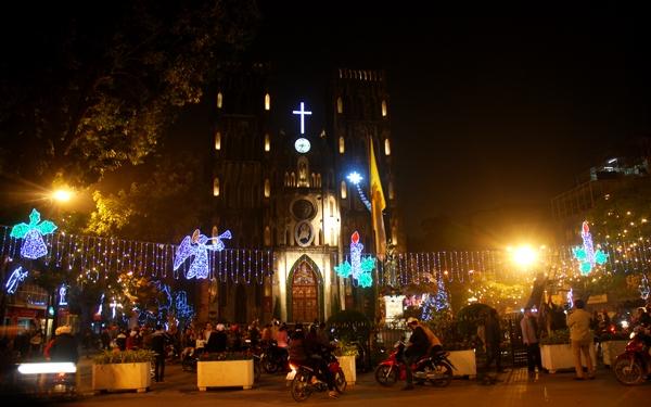 Trong đêm giao thừa năm nay, tiếng rung chuông tại các nhà thờ, đình, đền, chùa sẽ thay thế màn bắn pháo hoa để đánh thức thời điểm chuyển giao năm cũ sang năm mới.