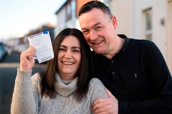 Joanne không thể ngờ tấm vé số bị vứt bỏ của cô đã trúng giải thưởng lớn.