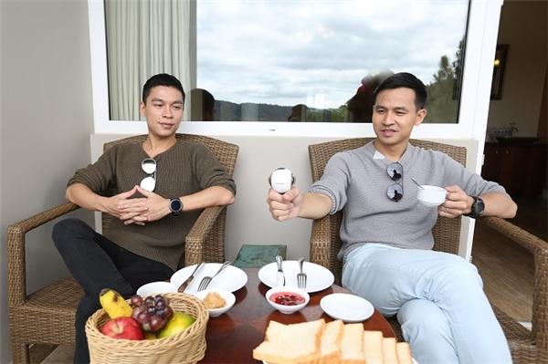 """Cặp đôi Adrian Anh Tuấn - Sơn Đoàn đi du lịch cùng…""""kẻ thứ ba"""""""
