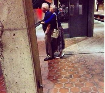 17 khoảnh khắc sẽ khiến bạn tan chảy vì tình yêu là điều bất diệt