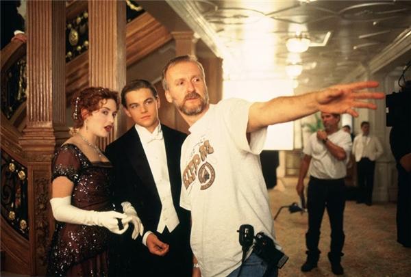 Đạo diễn James Cameron đang chỉ đạo diễn xuất cho Kate Winslet và Leonardo DiCaprio, nhưng có vẻ như cặp đôi vàng chẳng mấy để ý đến lời của ông vì còn đang mải mê tám.