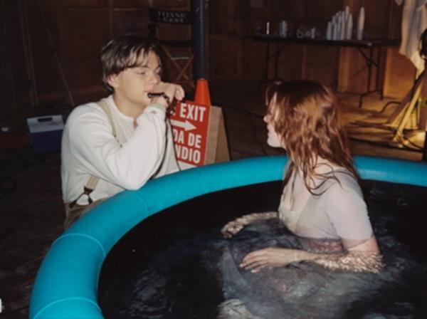 Cặp đôi luôn gần gũi và trò chuyện với nhau kể cả những lúc chuẩn bị cảnh quay để tạo cảm xúc.