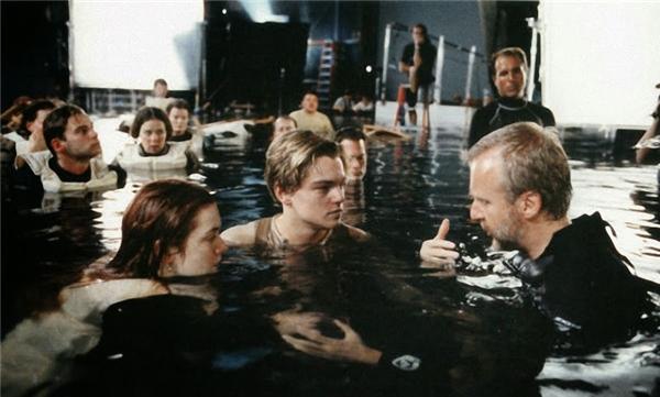 """""""Nghe bố bảo này. Lúc bơi anh hãy một tay nắm lấy đai áo cô ấy và một tay vẫy nước, có làm được không con trai?"""""""