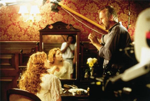 Cũng có những lúc Kate chăm chú nghe chỉ đạo của đạo diễn trong một cảnh phim cần nhiều cảm xúc nên không thể cười đùa nổi.