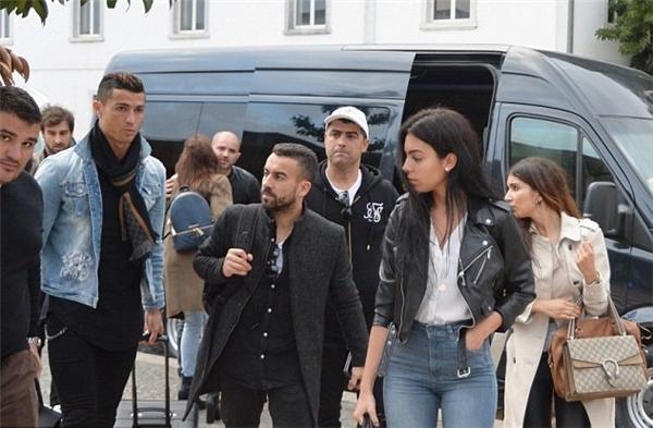 Vào hôm 3/1 vừa qua, Ronaldo vừa đáp chuyến bay về quê nhà của mình là thành phố Madeira cùng với người tình mới Georgina Rodriguez. (Ảnh: internet)