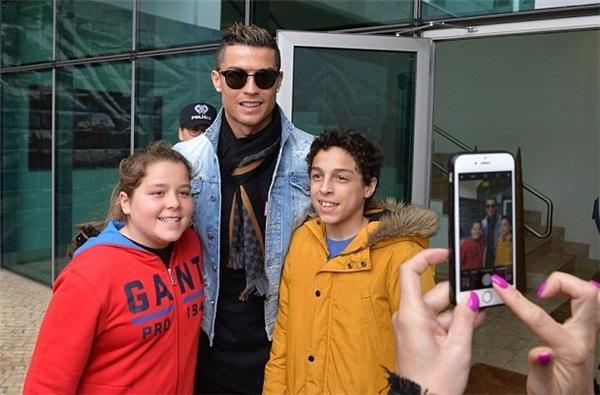 Sự xuất hiện của Ronaldo ngay lập tức đã gây sự chú ý cho đông đảo người hâm mộ. (Ảnh: internet)