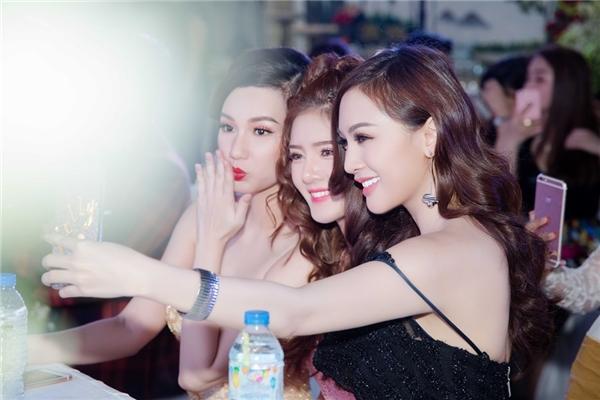 Ba người đẹp vui vẻ chụp ảnh với nhiều biểu cảm đáng yêu, dễ thương.