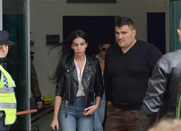 Georgina Rodriguez được Ronaldo thuê hẳn một vệ sĩ riêng cao to để bảo vệ hộ tống. (Ảnh: internet)