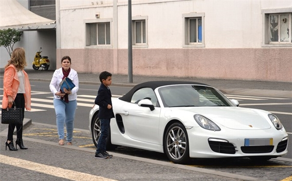 Không lâu sau đó,bà Dolores và con traiRonaldo Jr cũng có mặt tại khách sạn. (Ảnh: internet)