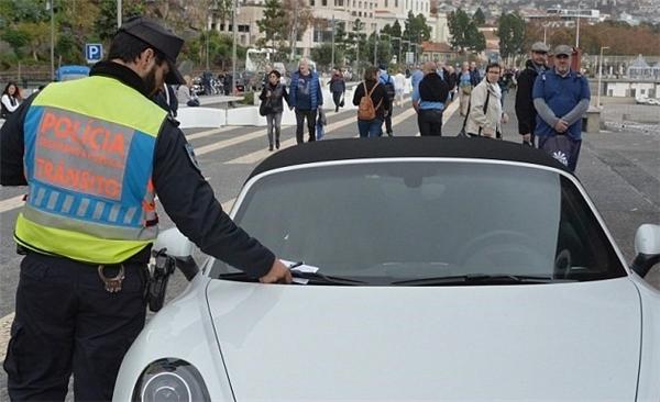 """Do quá nóng lòng muốn gặp mặt """"con dâu tương lai"""" Georgina Rodriguez, bàDolores đã đậu xe sai quy định và phải nhận một phiếu phạt của cảnh sát giao thông. (Ảnh: internet)"""
