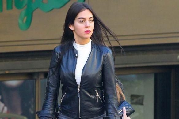 Georgina Rodriguez diện trang phục khá kín đáo vàthanh lịch. (Ảnh: internet)