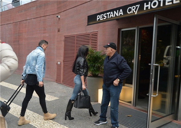 Ngay sau đó, Ronaldo cùng bạn gái đi vào khách sạn Pestana CR7. Đây cũng chính là khách sạn của Ronaldo vừa được khai trương tại thành phốMadeira. (Ảnh: internet)
