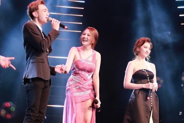 Bảo Anh và Hari Won trên sân khấu lễ trao giải Làn Sóng Xanh lần thứ 19. - Tin sao Viet - Tin tuc sao Viet - Scandal sao Viet - Tin tuc cua Sao - Tin cua Sao
