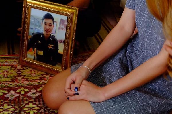 Cô gái xinh đẹp tự làm lễ đính hôn bên di ảnh người yêu đã qua đời