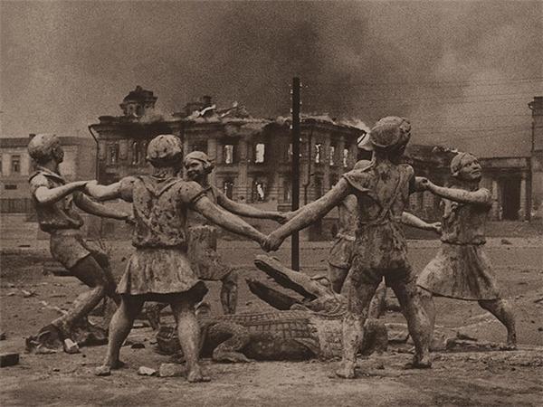 Bức ảnh chụp Barmaley Fountain - một bức tượng gồm sáu đứa trẻ nhảy múa xung quanh một con cá sấu ở Stalingrad, Nga - sau khi trận Stalingrad tàn phá gần như toàn bộ thành phố này.