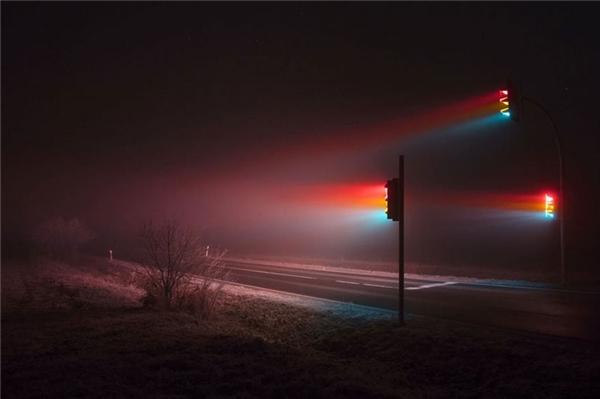 Ánh sángphát ra từ nhữngbóng đèn giao thông chiếu vào lớp sương mù dày đặc đã tạo nên một khung cảnh vô cùng huyền ảo. (Ảnh: internet)