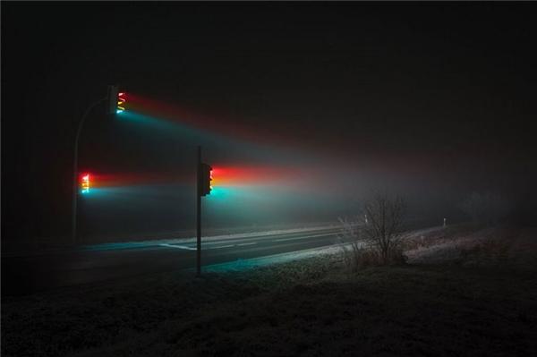 Dưới ống kính củaLucas Zimmerman, những trụ đèn giao thông trở nên rực rỡ và bắt mắt. (Ảnh: internet)