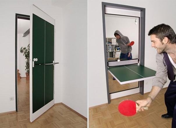 Cửa phòng kết hợp bàn chơi bóng bàn, vừa khuyến khích tập thể dục vừa tiết kiệm không gian.