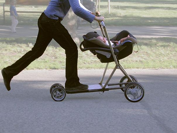 Nôi em bé kết hợp ván trượt - Nhớ thắt dây an toàn cho bé trước khi ra khỏi nhà.