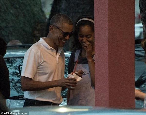 Hình ảnh tổng thống Obama cùng cô cả đang ăn kem trên phố khiến người xem ngưỡng mộ.