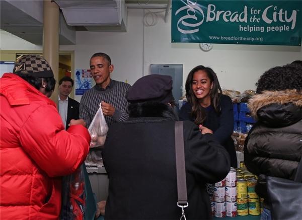 Ông luôn dạy các con tầm quan trọng của sự cho và nhận thông qua những hoạt động vì cộng đồng. Trong ảnh gia đình Obama đang đóng gói và phân phát thức ăn cho mọi người trong dịp lễ Tạ ơn.