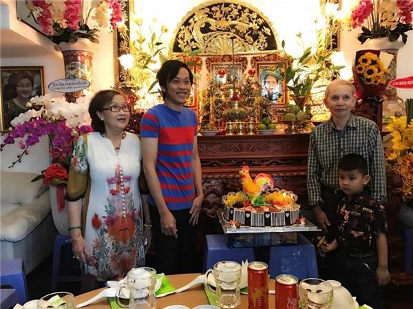Hoài Linh cười tít mắt vì được bố mẹ tổ chức mừng sinh nhật - Tin sao Viet - Tin tuc sao Viet - Scandal sao Viet - Tin tuc cua Sao - Tin cua Sao