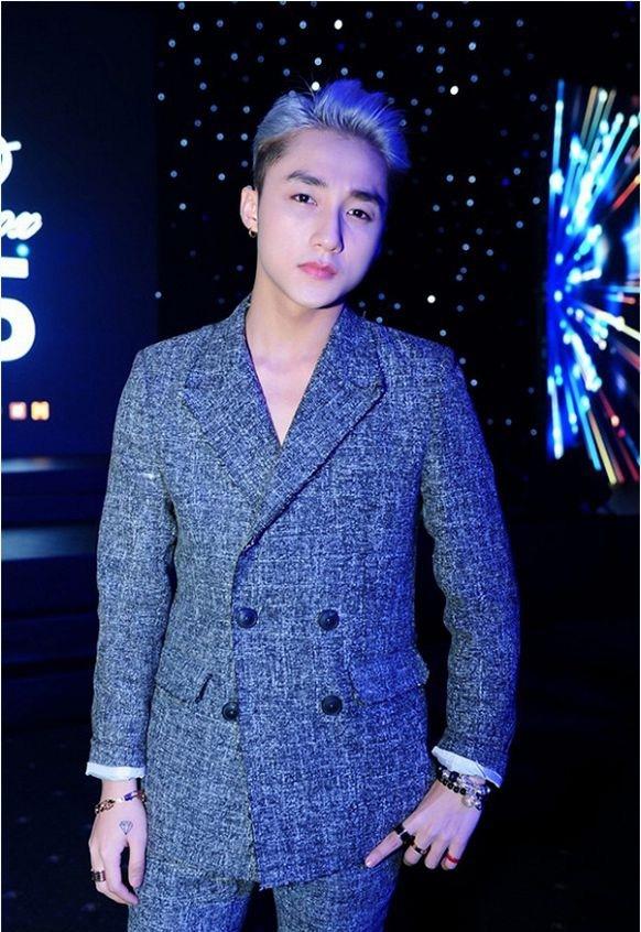 Cách làm đẹp trên dù giúp Sơn Tùng có màn xuất hiện ấn tượng, bắt đèn sân khấu tốt hơn nhưng trên thảm đỏ lại ít nhiều làm giảm đi độ nam tính của anh chàng tài năng 22 tuổi.