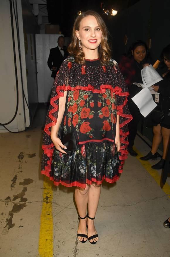 Natalie Portman trông như một bà thím phải quýnh quáng đi dự tiệc nên vơ đại bộ màn cửa quấn tạm lên người vậy.