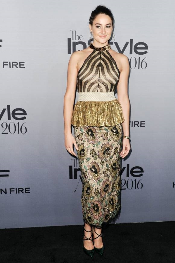 """Shailene Woodley thì lấy vải bọc chụp đèn làm ý tưởng thiết kế váy đi sự kiện cho mình. Cô nàng có vẻ không hề nhận ra bộ đầm """"già chát"""" này đã vô tình """"tôn lên"""" khuôn mặt vốn """"dừ"""" trước tuổi của mình."""