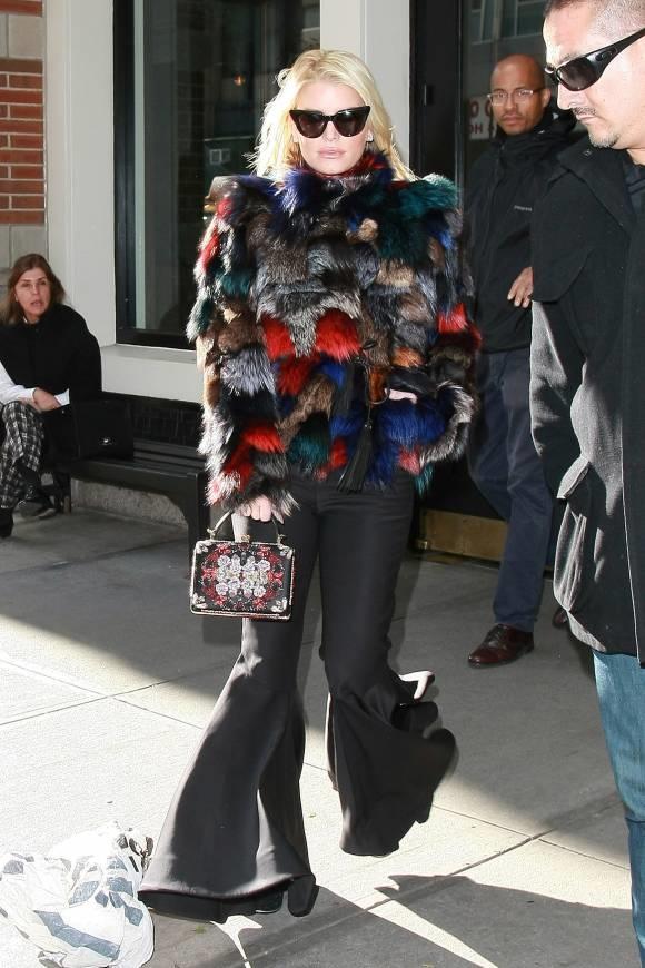 """Jessica Simpson không biết đã phải """"vặt lông"""" mấy con gà mới may được chiếc áo có một không hai như thế này. Lại còn chiếc quần ống loe đủ rộng để... trộm gà bỏ vào giấu nữa chứ."""