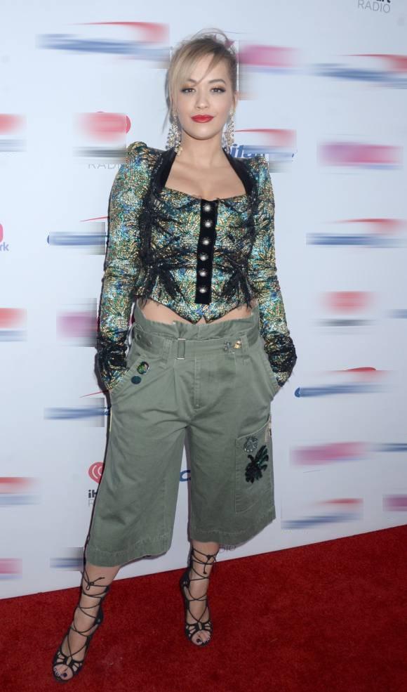 """Rita Ora chính là mẫu phụ nữ tiêu biểu, đại diện cho châm ngôn sống: """"Chụy thích thì chụy mặc thôi."""" Cũng đừng cố diễn giải trang phục của cô nàng làm gì bởi vì... nó giống như một tác phẩm thời trang trừu tượng vậy, đến người tạo ra nó còn chẳng hiểu nổi nữa là người nhìn."""