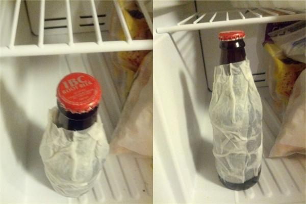 Bạn dùng một lớp khăn giấy ẩm đắp xung quanh vỏ chai và để chai nước vào ngăn mát. Sẽ không mất quá nhiều thời gian để bạn được thưởng thức món đồ uống mát lạnh.(Ảnh: Internet)