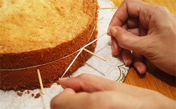 Chỉ với một sợi chỉ, bạn đã có thể cắt bánh thật đẹp và đều mà không lo bị nát bét.(Ảnh: Internet)