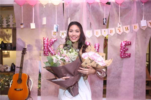Họ đã tổ chức cho cô một bữa tiệc sinh nhật thật hoành tráng với bánh, hoa... và những videos clip ghi lại tình cảm của fans các miền cũng như du học sinh gửi về. - Tin sao Viet - Tin tuc sao Viet - Scandal sao Viet - Tin tuc cua Sao - Tin cua Sao