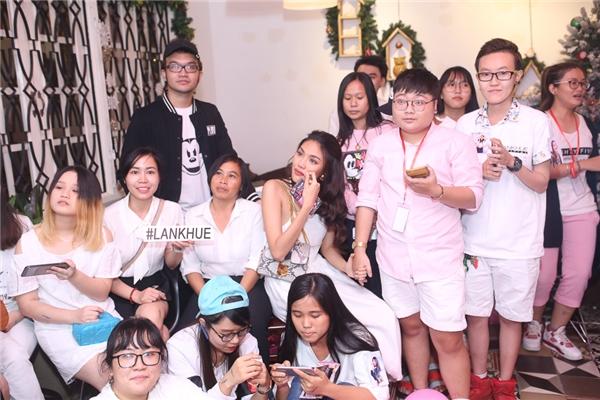 Lan Khuê rơi nước mắt vì cảm động trước món quà bất ngờ từ fans - Tin sao Viet - Tin tuc sao Viet - Scandal sao Viet - Tin tuc cua Sao - Tin cua Sao