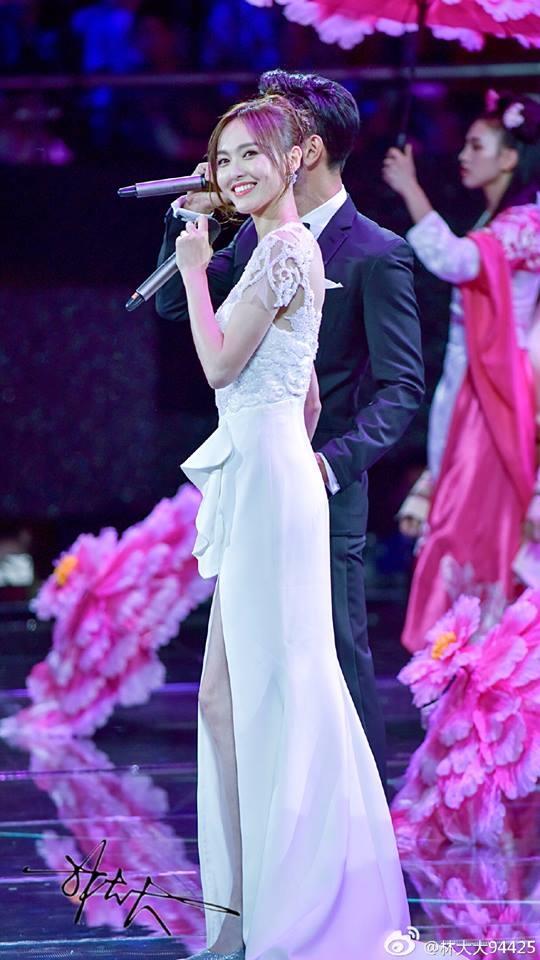 Đường Yên vô cùng lộng lẫy trong váy dạ hội trắng muốt. MC chương trìnhtrêu đùa rằng nữ diễn viên ăn diện thật giống cô dâu trong ngày cưới.