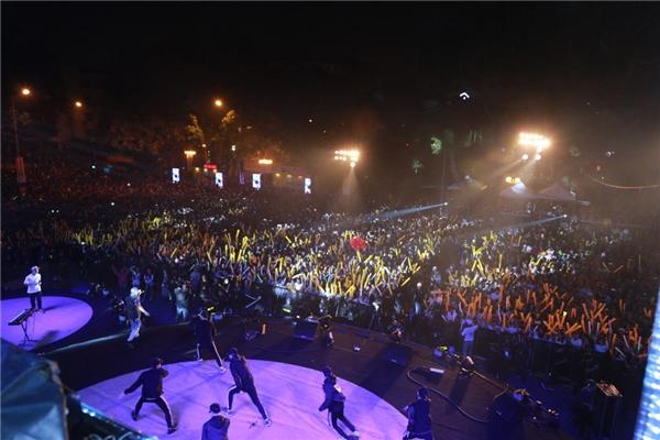 """Hàng ngàn khán giả Hà Nội """"cháy"""" hết mình trong đêm nhạc."""
