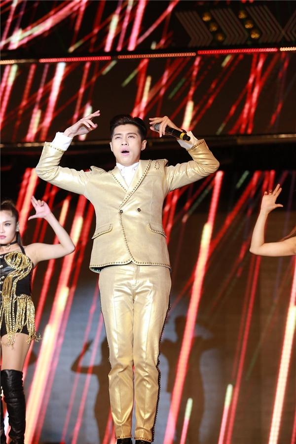 """Noo Phước Thịnh khiến không gian như""""bùng nổ"""" khi xuất hiện trên sân khấu."""