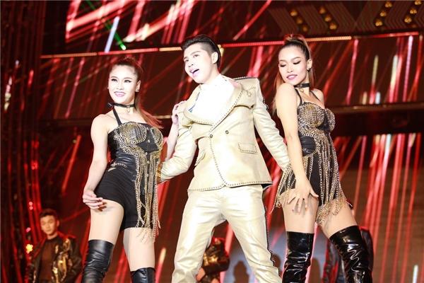 Nam ca sĩ diện trang phục vest bảnh bao, nam tính và thu hút khán giả với loạt hit Cause I love you, Gạt đi nước mắt,... cùng những vũ đạo lôi cuốn.