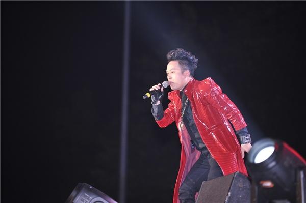 Ca sĩ Tùng Dương cùng diva Mỹ Linh gây bất ngờ khi lần đầu kết hợp trongtiết mục rock cùng nhóm nhạc Ngũ Cung.