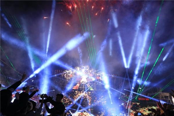 Sân khấu hoành tráng trong đêm đại nhạc hội.