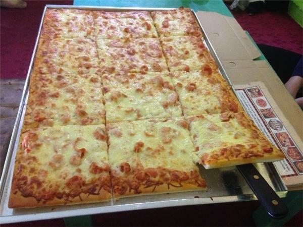 Chiếc bánh có kích thước 50x70 cm được nhà hàng treo thưởng 5 triệu cho khách hàng nào ăn hết trong 1h30 phút.