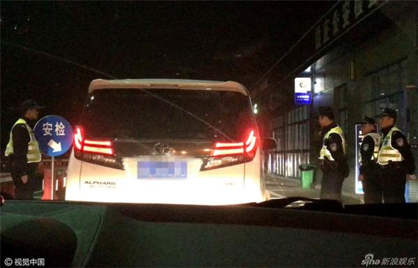"""Chống đối cảnh sát giao thông, Triệu Lệ Dĩnh bị """"ném đá"""" dữ dội"""
