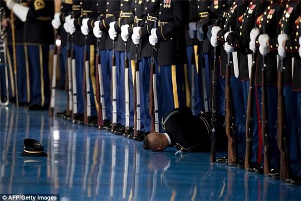 Một người lính bất ngờ ngất xỉu ngay giữa buổi lễ từ biệt Tổng thống Barack Obama.