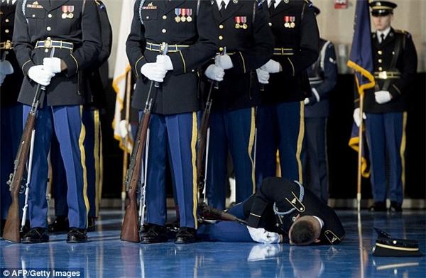 Những người lính xung quanh vẫn rất bình tĩnh, không hề nhúc nhích.