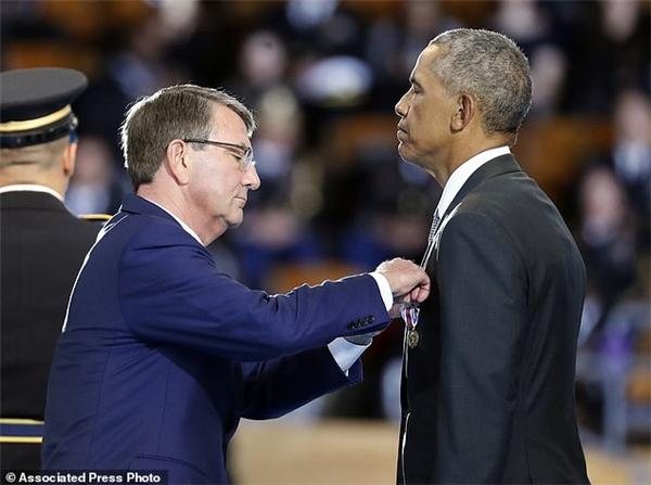 Ôngđược trao tặng huân chương danh dự vì 8 năm cống chiến tận tụy cho nước Mỹ.