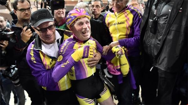Cụ Robert đạt kỉ lục ở hạng mục mới - cụ ông trên 105 tuổi đạp xe 22km trong vòng một giờ.