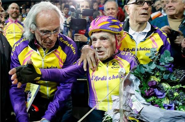 Dù đã 105 tuổi nhưng cụ Robert vẫn vô cùng khỏe mạnh và yêu đời.