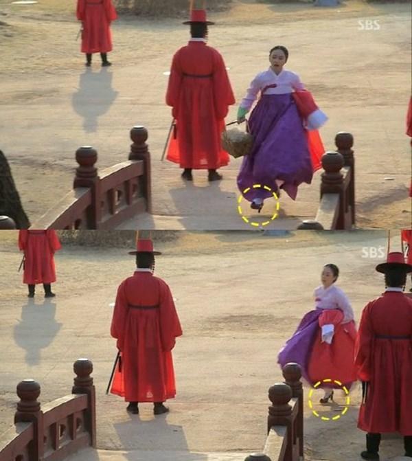 Trong Tình sửJang Ok Jung, Kim Tae Hee nhiều lần để lộ giày cao gót - vật dụng không có ở thời phong kiến.